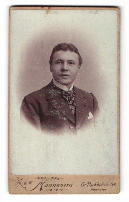 Fotografie Atelier Hannovera, Hannover, Portrait eleganter junger Herr in Anzug