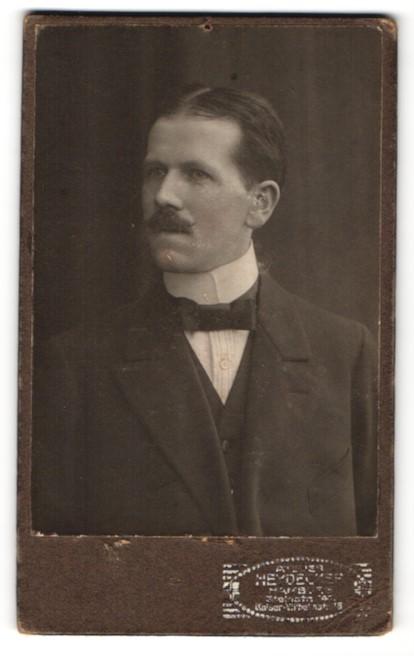 Fotografie Ottmar Heydecker, Hamburg, Portrait Herr mit Mittelscheitel in Anzug mit Fliege