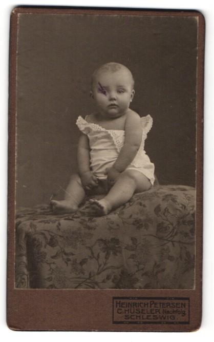 Fotografie Heinrich Petersen, Schleswig, Portrait Säugling in Leibchen