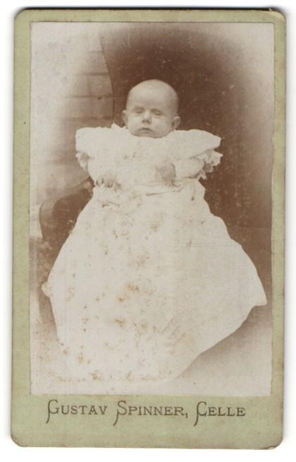 Fotografie Gustav Spinner, Celle, Portrait Säugling in Kleidchen