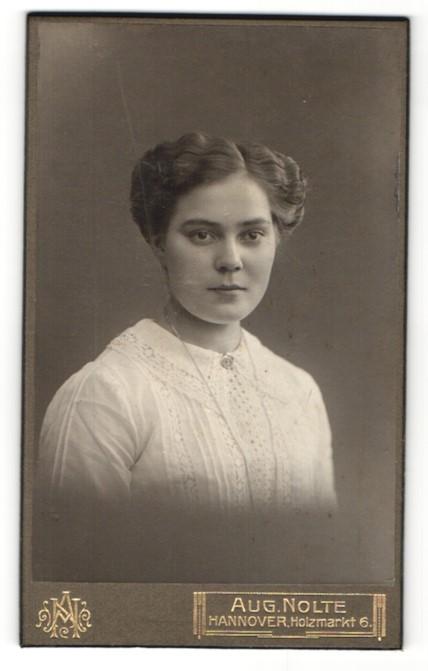 Fotografie Aug. Nolte, Hannover, Portrait junge Dame mit Hochsteckfrisur