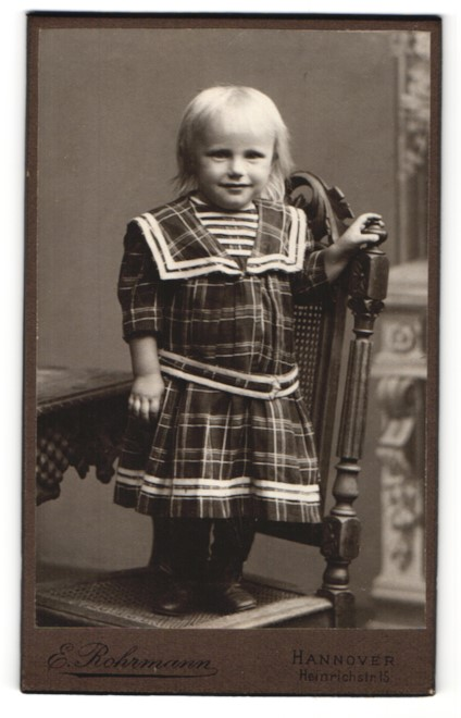 Fotografie E. Rohrmann, Hannover, Portrait blondes Kind in kariertem Kleidchen