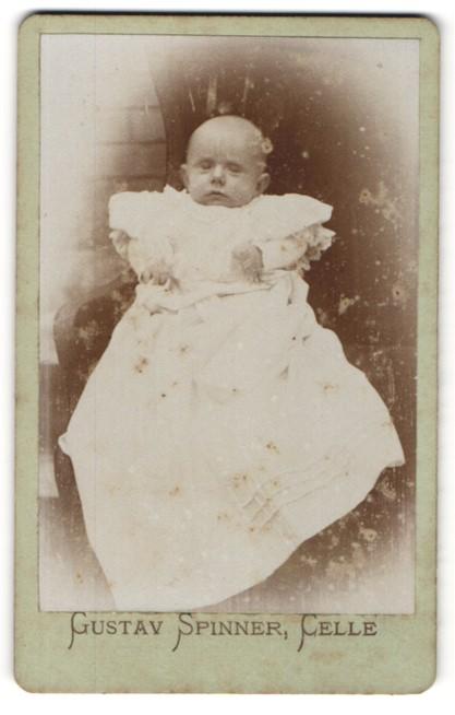 Fotografie Gustav Spinner, Celle, Portrait Säugling in weissem Kleidchen