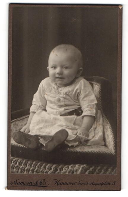 Fotografie Samson & Co., Hannover, Portrait Säugling in Kleidchen