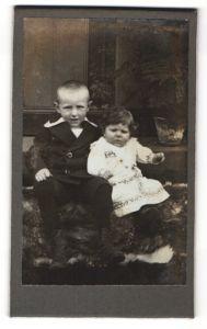 Fotografie W. Lüdecke, Hannover, Portrait Kleinkind und älterer Bruder