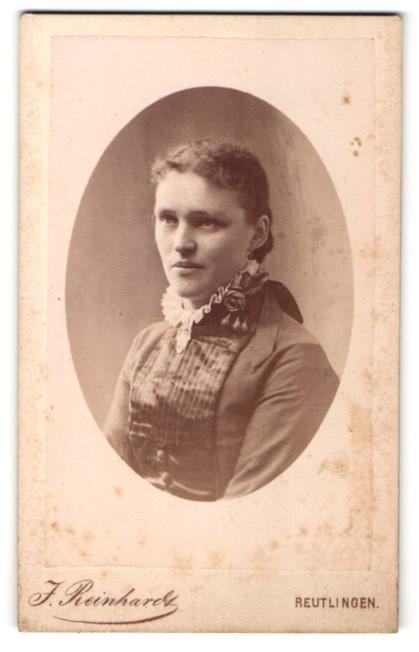 Fotografie J. Reinhardt, Reutlingen, Portrait lächelnde Dame mit zurückgebundenem Haar in zeitgenöss. Kleidung