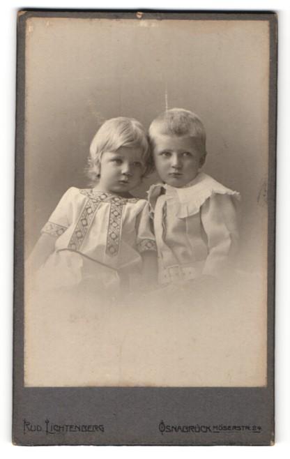 Fotografie Rud. Lichtenberg, Osnabrück, Portrait kleiner Junge und kleines Mädchen in hübscher Kleidung