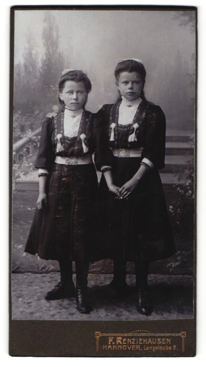 Fotografie F. Renziehausen, Hannover, Portrait zwei Mädchen mit Schleifen in zeitgenössischen Kleidern