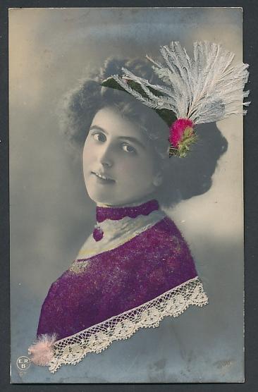 Echtfeder-AK Dame mit Feder im Haarband