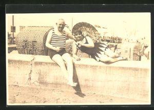 Foto-AK Dame mit einem Herrn in Badeanzügen am Strand
