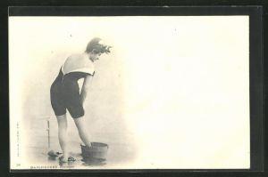 AK Baigneuses Trempee, hübsches Fräulein in Bademode wäscht sich die Beine im Eimer