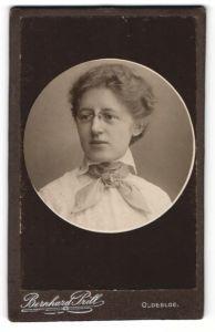 Fotografie Bernhard Prill, Oldesloe, Portrait lächelnde Dame mit Zwicker u. Halstuch in weisser Bluse