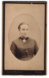 Fotografie Casimir Moussier, Rouen, Dame mit grosser Brosche an Kragen