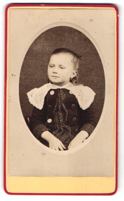 Fotografie Fotograf unbekannt, Ort unbekannt, kleines Mädchen in Kleid mit breitem Kragen
