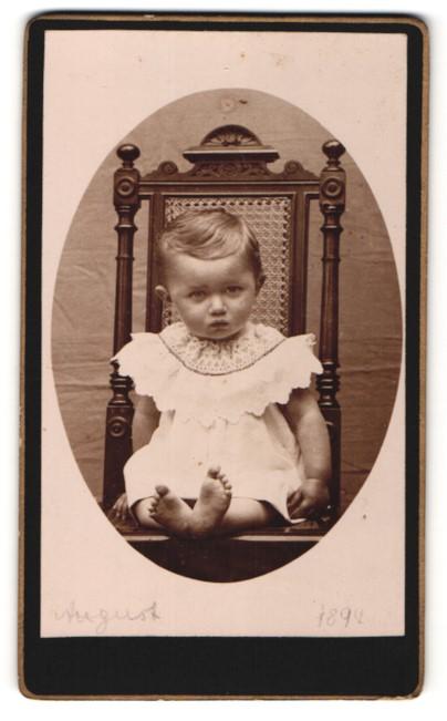 Fotografie Fotograf unbekannt, Ort unbekannt, kleines Kind mit besticktem Kragen und barfuss