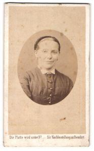 Fotografie unbekannter Fotograf und Ort, Portrait lächelnde Dame mit zurückgebundenem Haar u. Kragenbosche