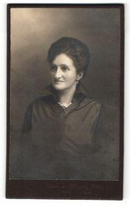 Fotografie Hermann Meyer, Altstätten, Portrait lächelnde Dame mit Hochsteckfrisur in zeitgenössichem Kleid
