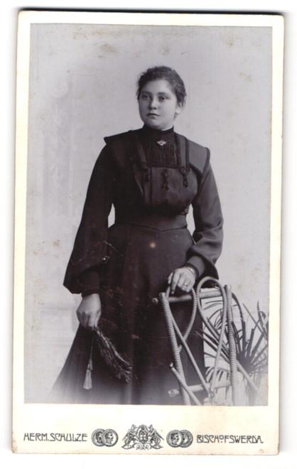 Fotografie Herm. Schulze, Bischofswerda, junge Frau mit besticktem Kleid