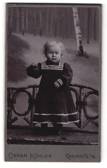Fotografie Oskar Köhler, Chemnitz, kleines blondes Mädchen in gestreiftem Kleid