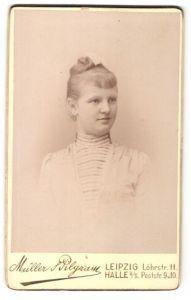 Fotografie Müller & Pilgram, Leipzig & Halle a/S, Portrait junge Frau mit zusammengebundenem Haar