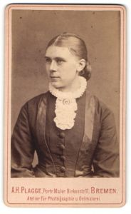 Fotografie A. H. Plagge, Bremen, Portrait junge Frau in feierlicher Kleidung