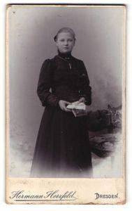 Fotografie Hermann Herzfeld, Dresden, Portrait Mädchen in schwarz mit Kruzifix