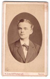 Fotografie W. Zink, Gotha, Portrait junger Herr mit zurückgekämmtem Haar