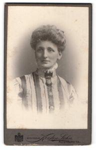 Fotografie Kersten Sohn, Altenburg s / A., Portrait lächelnde Dame mit Hochsteckfrisur in modischer Kleidung