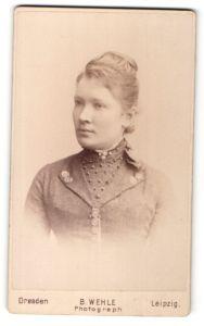 Fotografie B. Wehle, Dresden, Leipzig, Portrait lächelnde Dame mit Hochsteckfrisur in modischer Kleidung