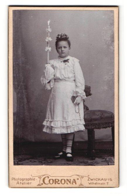 Fotografie Atelier Corona, Zwickau i / S., Portrait hübsches Mädchen im weissen Kleid mit Kerze u. Buch