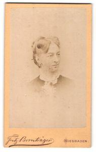 Fotografie Fritz Bornträger, Wiesbaden, Portrait lächelnde Dame mit Hochsteckfrisur und Ohrringen