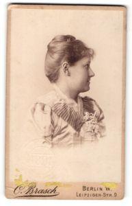 Fotografie C. Brasch, Berlin, Portrait lächelnde Dame mit Hochsteckfrisur in zeitgenössischer Kleidung