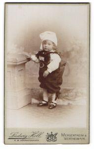 Fotografie Ludwig Holl, Mergentheim & Wertheim a/M, Portrait kleiner Bub als deutscher Michel, Kostüm, Fasching