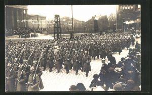 AK München, Beisetzungsfeier König Ludwigs III., Parade von Soldaten in Uniformen mit Gewehren