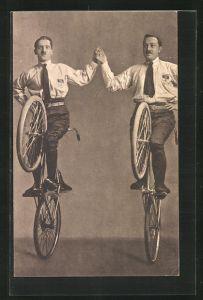 AK zwei Männer auf Fahrrädern, balancieren auf dem Hinterrad