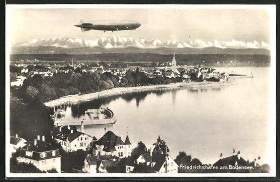 AK Friedrichshafen / Bodensee, Zeppelin überfliegt Bodensee mit Alpenpanorama, Fliegeraufnahme