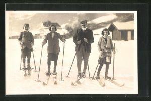 Foto-AK Familie mit Skiern im Schnee