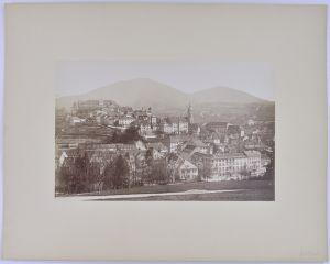 Fotografie Fotograf unbekannt, Ansicht Feldkirch / Vorarlberg, Panorama der Stadt mit Schloss, Grossformat 25 x 16cm