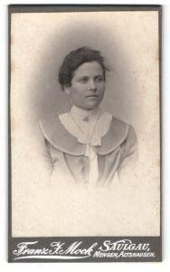 Fotografie Franz F. Mock, Saulgau, Dame mit Schleife am Kragen mit Brosche