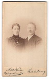 Fotografie Max Schön, Merseburg, Portrait bürgerliches Paar in eleganter Kleidung