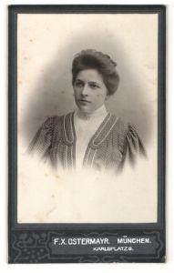 Fotografie F. X. Ostermayr, München, Portrait junge Dame mit Hochsteckfrisur im modischen Kleid