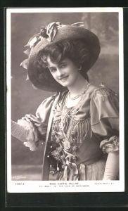 AK Schauspielerin Miss Certie Millar mit Hut und Handschuhen
