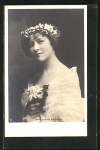 AK Schauspielerin Miss Jessie Bateman im Tüllkleid mit Blumen