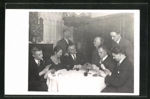 Foto-AK Herren in Anzügen mit Dame beim Kartenspiel
