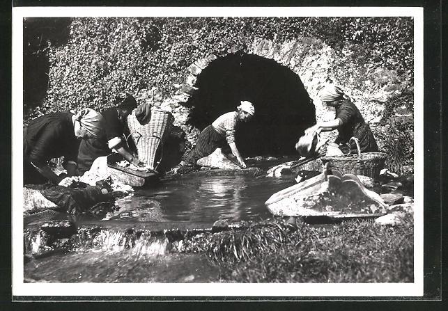AK Ascona, Waschfrauen mit gefüllten Körben waschen am Fluss
