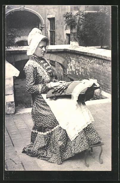 AK junge Klöpplerin in Tracht bei der Arbeit