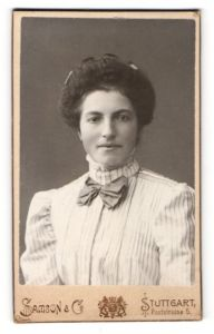 Fotografie Samson & Co., Stuttgart, Portrait lächelnde Dame mit Hochsteckfrisur in gestreifter Bluse