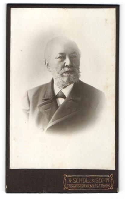 Fotografie K Scholl & Sohn, Friedrichshafen, Tettnang, Portrait älterer Herr mit Vollbart u. Fliege im Anzug