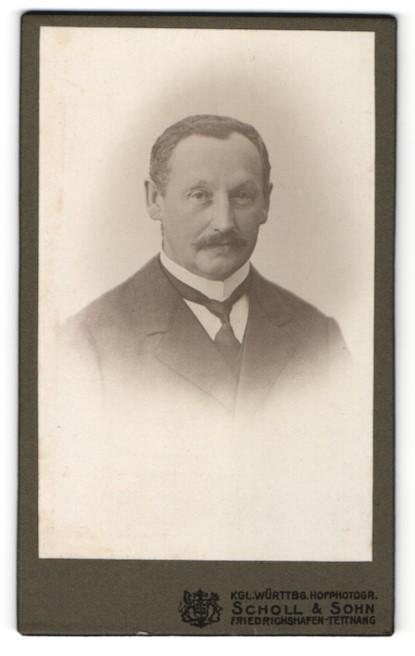 Fotografie Scholl & Sohn, Friedrichshafen-Tettnang, Portrait bürgerlicher Herr mit Schnauzbart u. Krawatte im Anzug