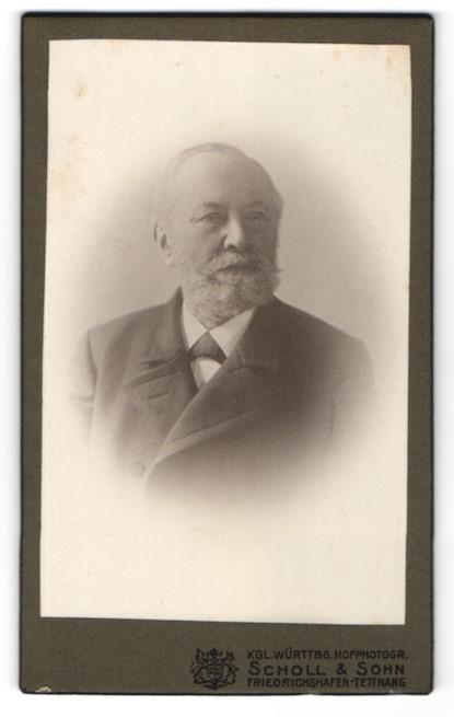 Fotografie Scholl & Sohn, Friedrichshafen-Tettnang, Portrait älterer Herr mit Vollbart u. Fliege im Anzug